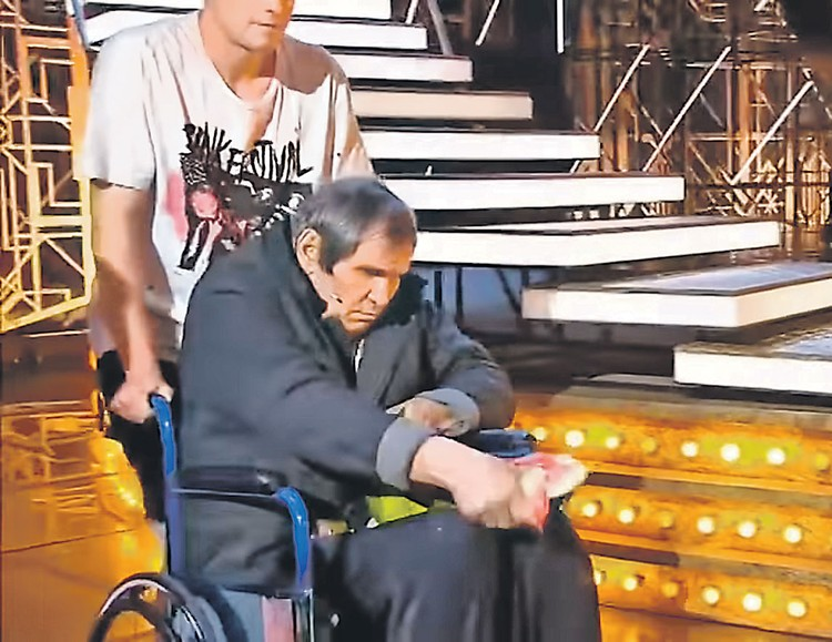 В студию телешоу продюсера выкатили на коляске. Фото: «Россия 1»