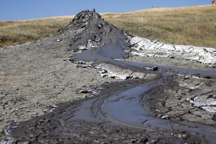 Некоторые вулканы затихли, а некоторые продолжают бурлить грязью