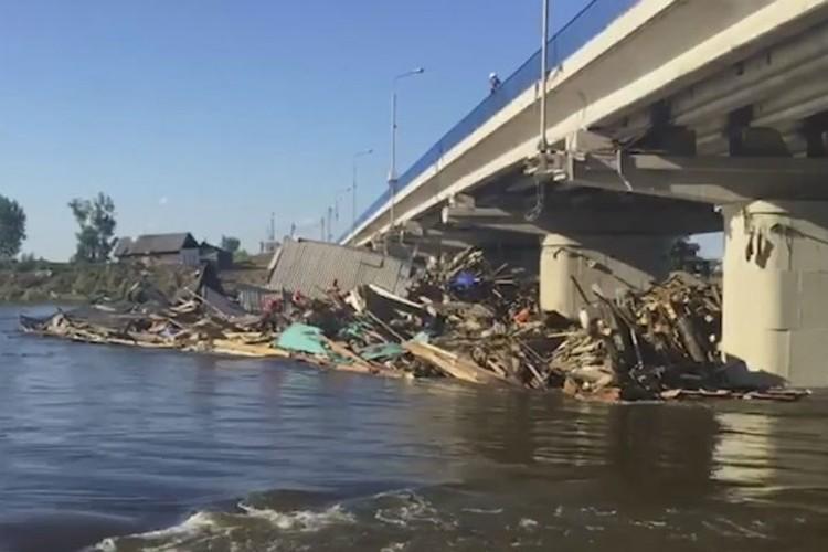 Разборы завалов продолжаются. Фото: ГУ МЧС России по Иркутской области