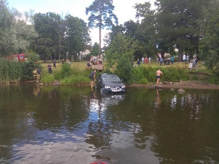Машины скатываются с горки в озеро. Фото: vk.com/cheliabinsknetip