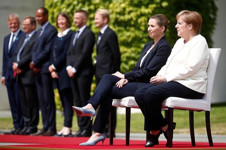 На встрече с премьер-министром Дании Метте Фредериксен для канцлера ФРГ Ангелы Меркель поставили стул, гостье пришлось присесть рядом.