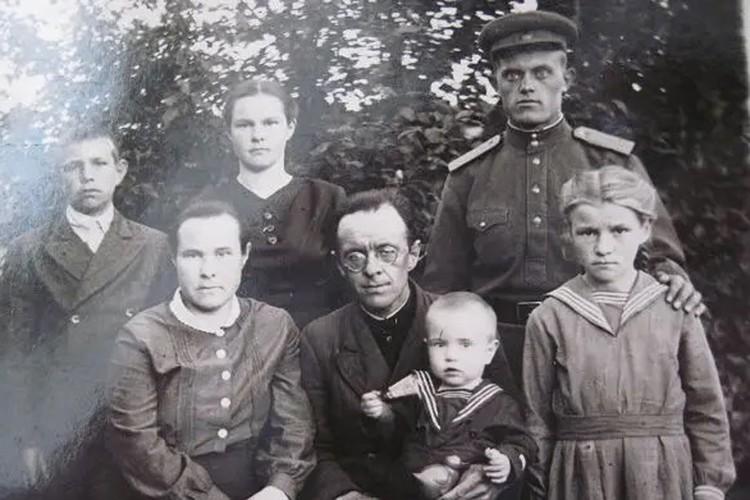Иван Ремпель с семьей.