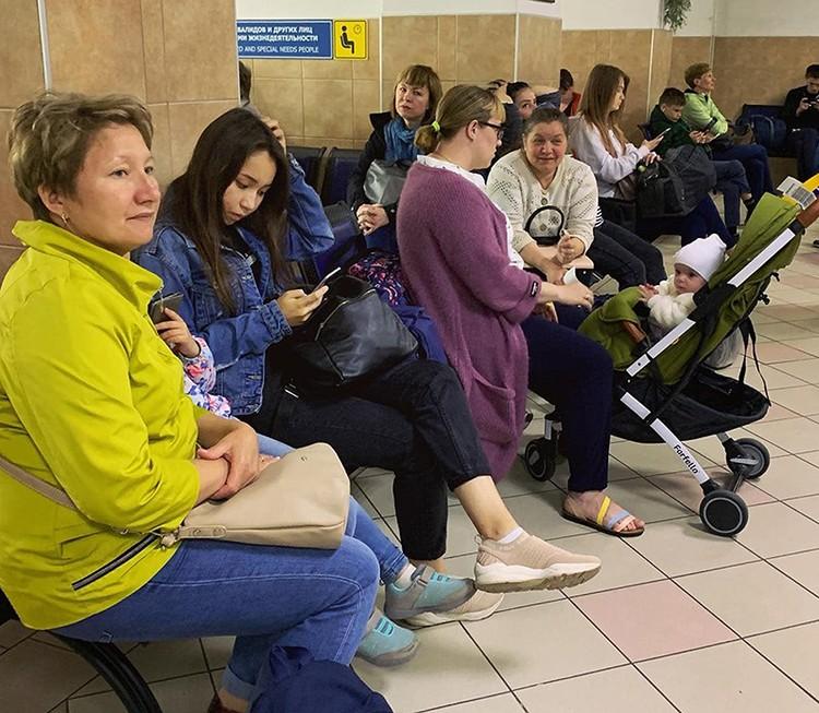 Пассажиры в ожидании своего рейса ютятся на лавочках, которых на всех не хватает. Фото: Антон Коробков-Землянский