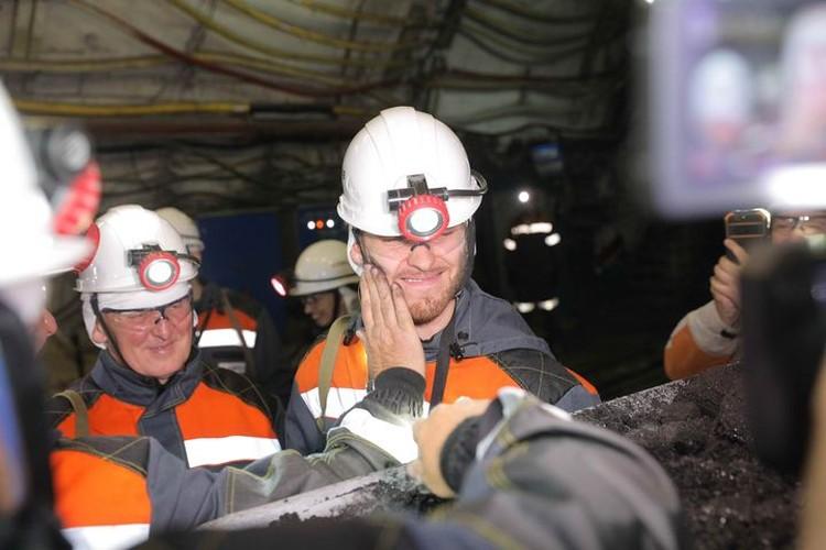 Символическое посвящение Сорокина в шахтеры. ФОТО: Денис Рассохин.
