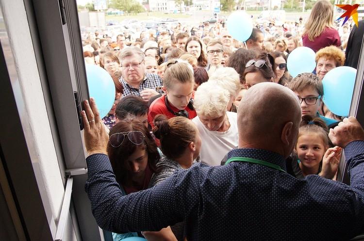 Охранники сдерживали толпу