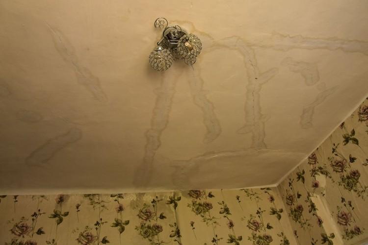 Вода шла прямо с потолка.