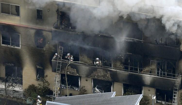 Пожарные тушат огонь в здании мультипликационной студии Kyoto Animation