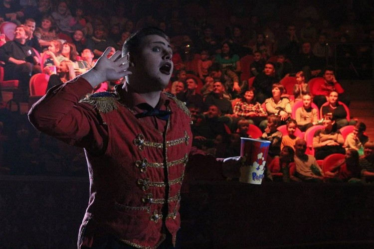 Соло-ведущего Михаила в других городах прославился как «милашка», который покорил всех зрителей. Фото: vk.com/cirkzverey