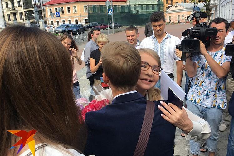 На участке Тимошенко ждал один скромный букет и обнимашки с молодежью. Фото: Анастасия МАТВЕЕВА