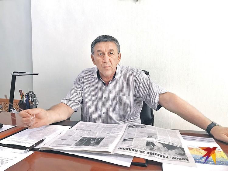 Глава Большереченского района Василий Майстепанов и спасенная им от «революционеров» газета.