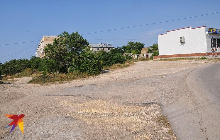 Покрытие дорог и улиц в Черноморском разбито так, как будто еще вчера здесь гремели артиллерийские дуэли и шли танковые сражения.