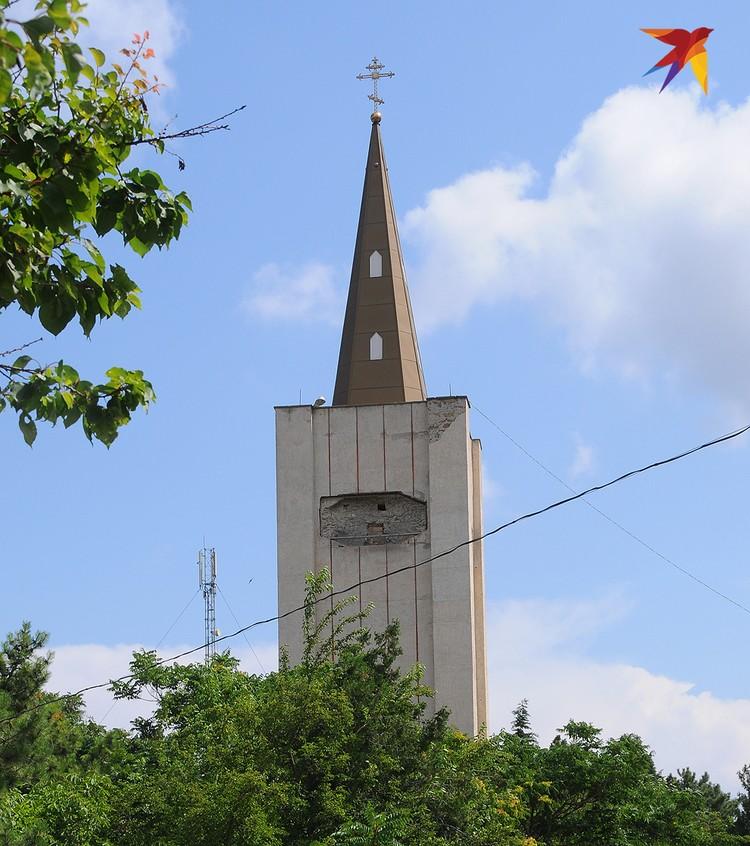 Храм по проекту итальянского архитектора Торричелли выдержан в псевдоготическом стиле, а его необычная колокольня напоминает английские соборы времен Вильяма Шекспира.