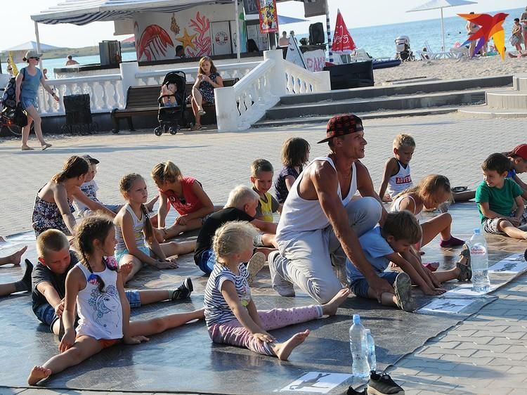 Мастер брейк-данса Максим прямо на набережной за небольшие деньги проводит уроки уличного танца для всех желающих.