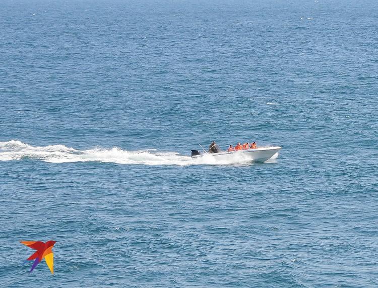 А вот эти владельцы катера рискнули повезти туристов на морскую прогулку. Сейчас проблема – как причалить?