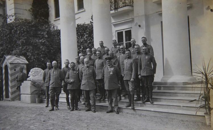 Немцы в Первую мировую устроили в усадьбе свой штаб – рядом со львами появилась будка часового (снимок 1916 года). Фото: Архив Сергея ЧИГРИНА