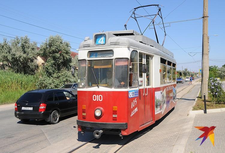 В Евпатории вдоль побережья курсирует старый трамвай номер 4. Он заполнен всегда, потому что многие отдыхающие хотят найти для себя идеальный пляж.