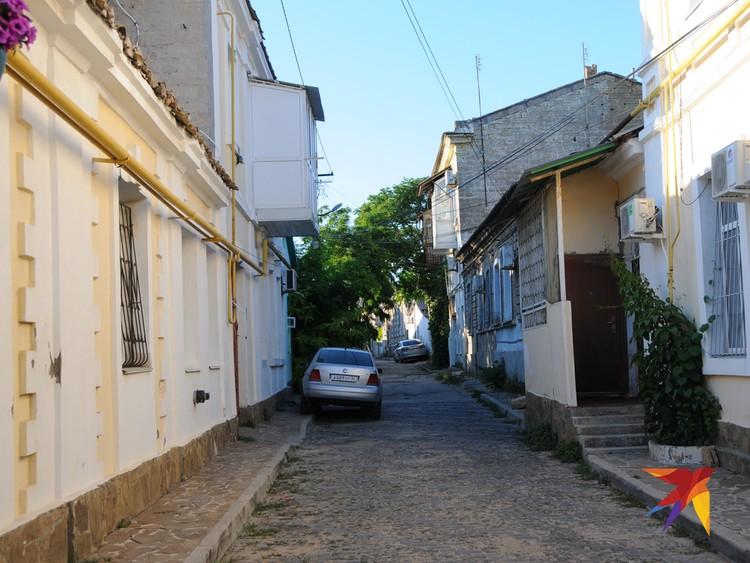 Вход в туристический квартал «Маленький Иерусалим». Этот маршрут появился еще при Украине – ну хоть что-то хорошее досталось от неньки окукупированной ею Евпатории.