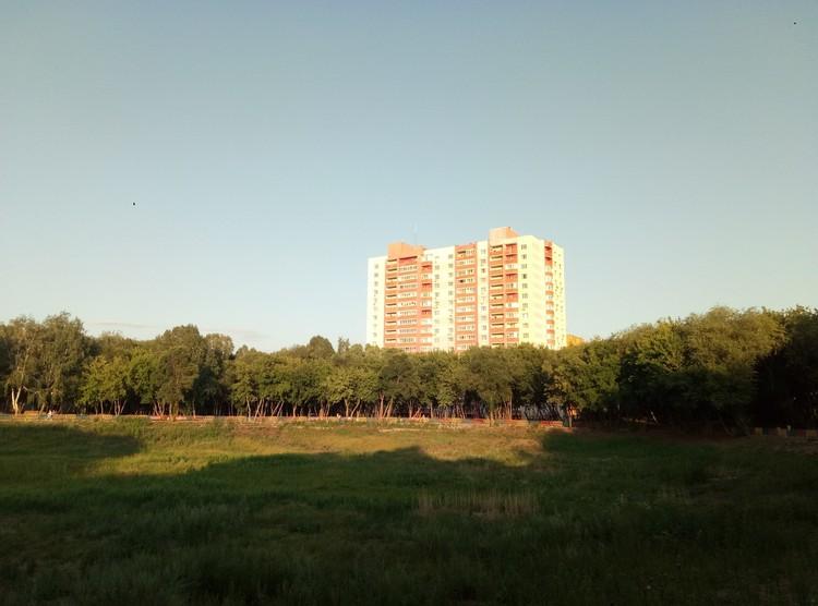 Именно из-за этой многоэтажки, как считают жители, исчезло озеро