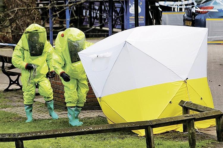 Английские криминалисты на месте обнаружения отравляющих веществ в Солсбери.