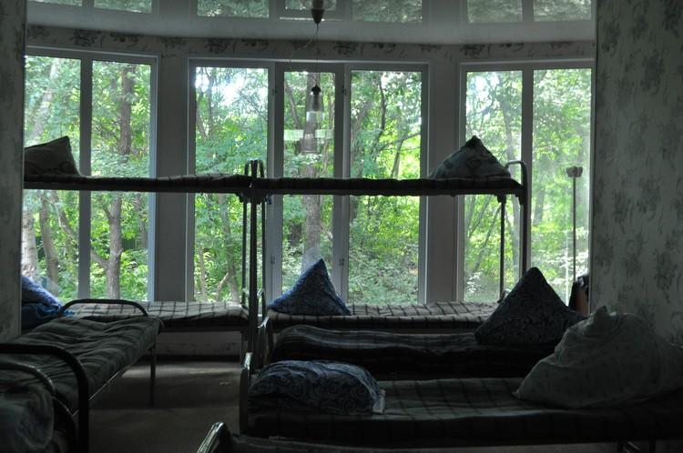 Кровати в комнате для мужчин, на которых спят пациенты реабилитационного центра