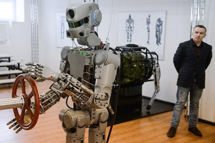 """Магнитогорск, 2016 год. Демонстрация возможностей антропоморфного робота """"Федор"""". Фото Донат Сорокин/ТАСС"""