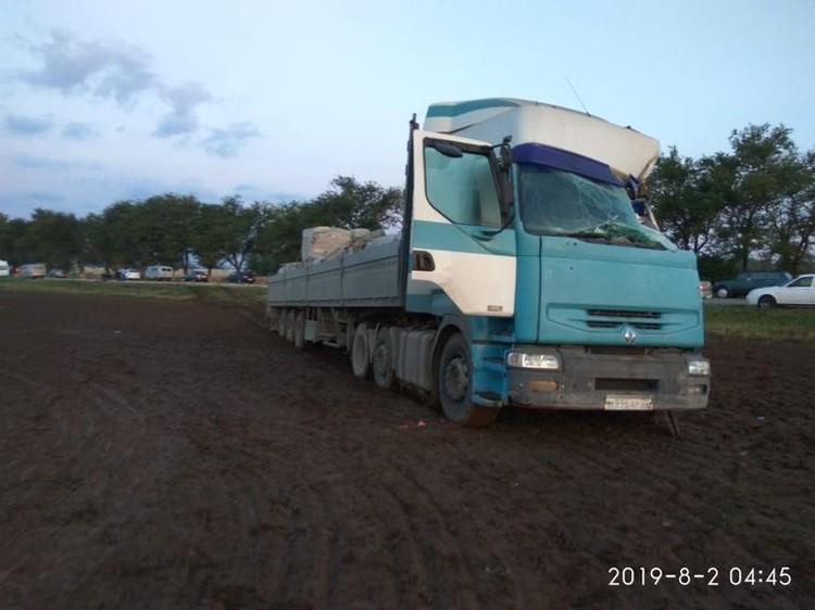 Водитель грузовика выжил, несмотря на серьезные повреждения кабины.