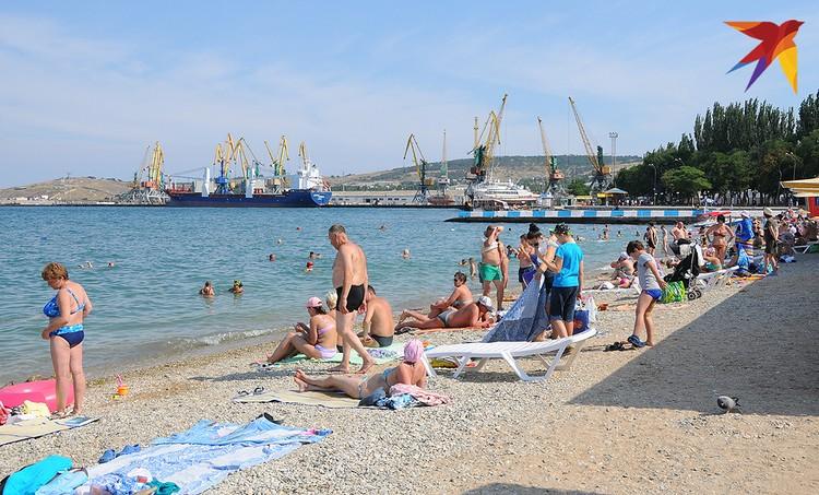 Городской пляж в Феодосии не слишком заполнен…