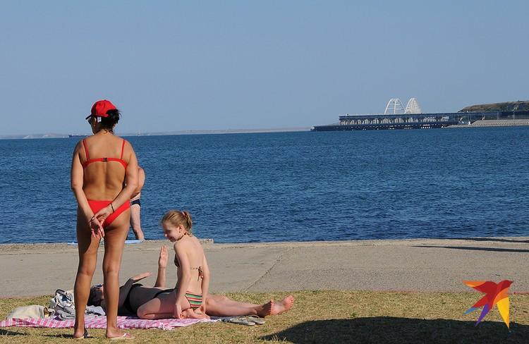 Зато на диком пляже напротив рыбного порта открывается прекрасный вид на Крымский мост