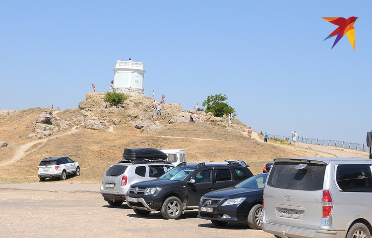 На скалистом холме в центре горы Митридат, на месте древнего акрополя, стоит башня для вечного огня