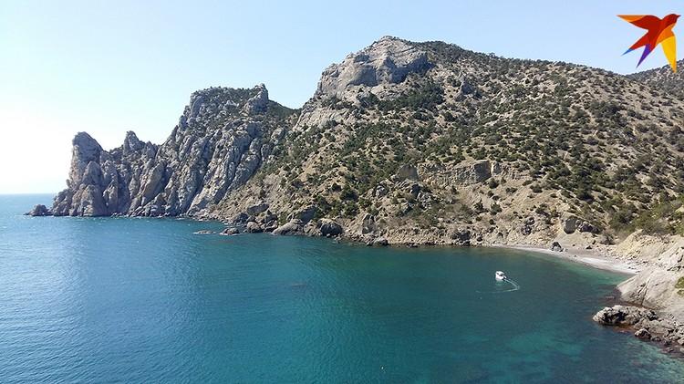 В Крым стоит приехать хотя бы ради того, чтобы в Новом Свете пройти по горной тропе Голицына, откуда открывают фантастические виды на море и скалы