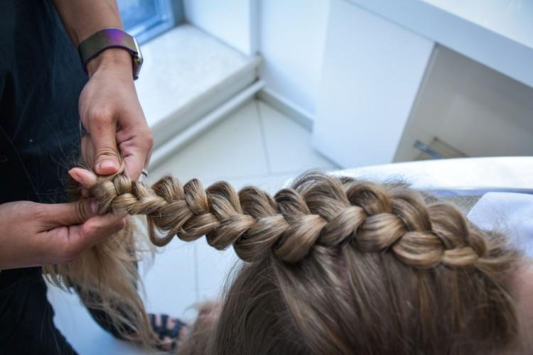 Для начала, мы заплетаем волосы в обратную косу на затылке.