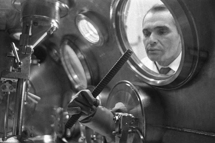 """1970 год. Исследование лунного грунта, доставленного автоматической станцией """"Луна-16"""", в приемной лаборатории Академии наук СССР. Фотохроника ТАСС"""