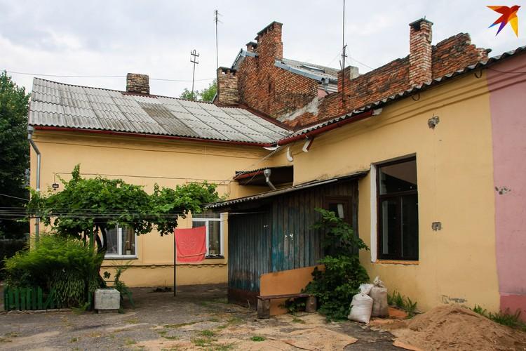 Особенность Бреста - в доме на несколько квартир у каждой будет отдельный вход в виде пристроенной деревянной будки.