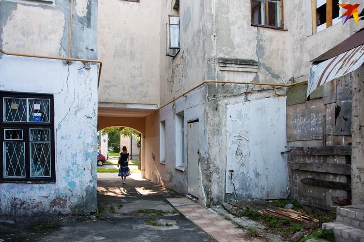 С внешней стороны дома отштукатурены и выкрашены, как новенькие, но двор выдает возраст.