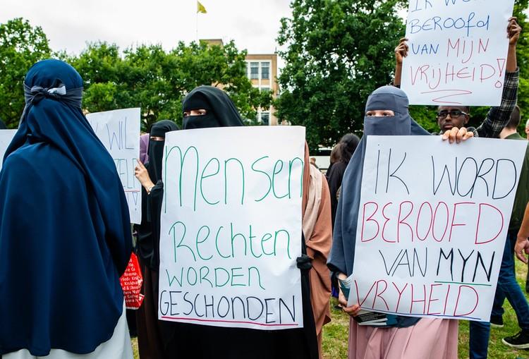 Пикет против принятия закона о запрете публичного ношения никаба, август 2019 года, Нидерланды.