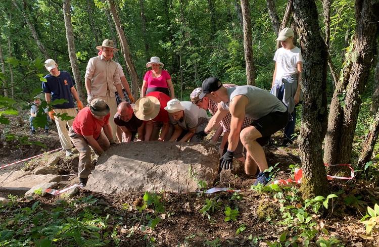 Команда археологов вскрывает гробницу. Фото: пресс-служба КФУ им. В.И. Вернадского