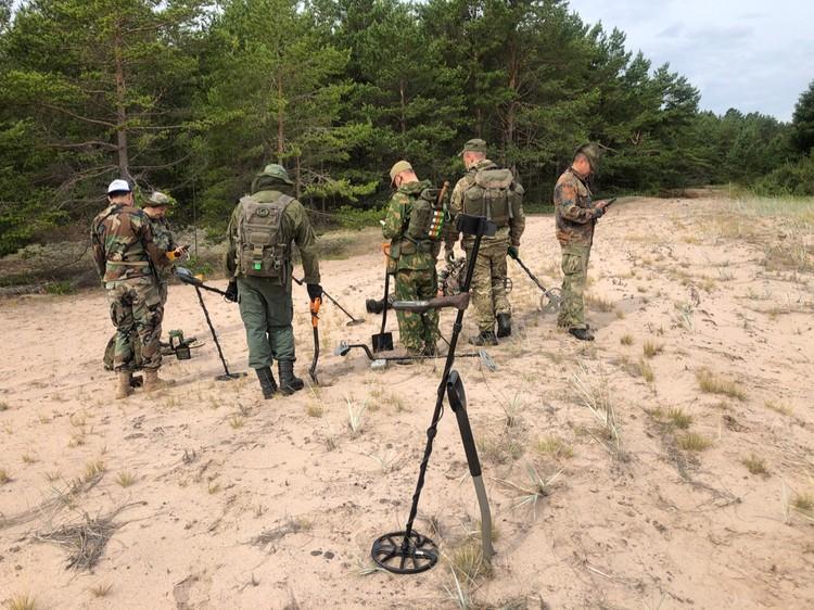 Поисковая группа проверяет снаряжение перед выходом на маршрут