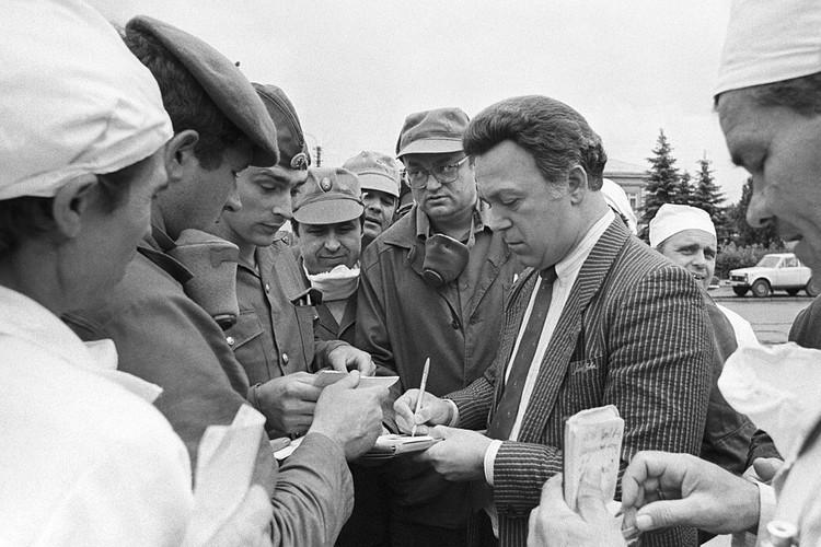 Иосиф Кобзон среди ликвидаторов аварии на Чернобыльской АЭС, июль 1986 года. ФОТО Владимир Репик /Фотохроника ТАСС