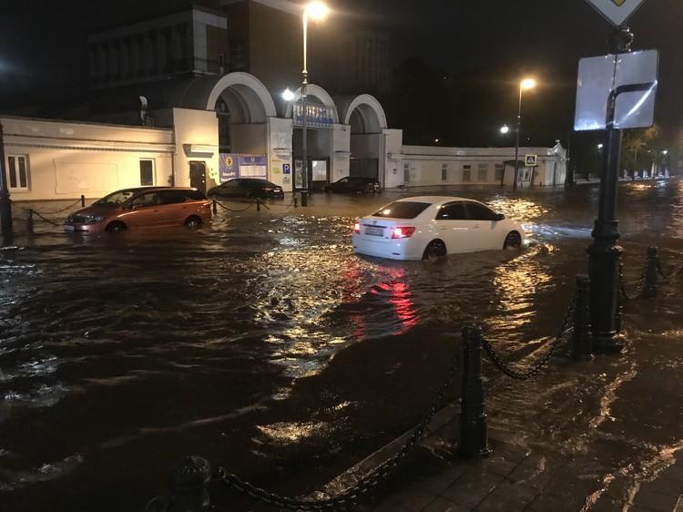 Несколько машин так и остались в воде