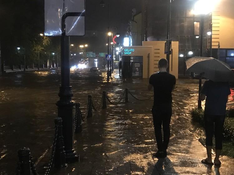 Посетители ночных клубов вышли посмотреть на наводнение