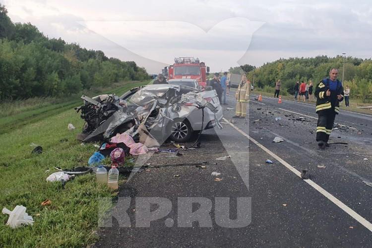 В иномарке чудом остались в живых два пассажира. Сейчас они в реанимации. Фото: Комсомольская правда.
