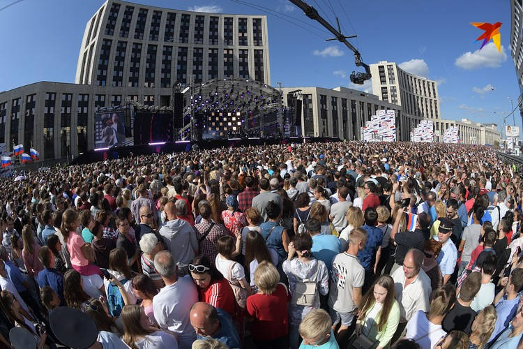 Большой концерт на проспекте Сахарова собрал тысячи зрителей