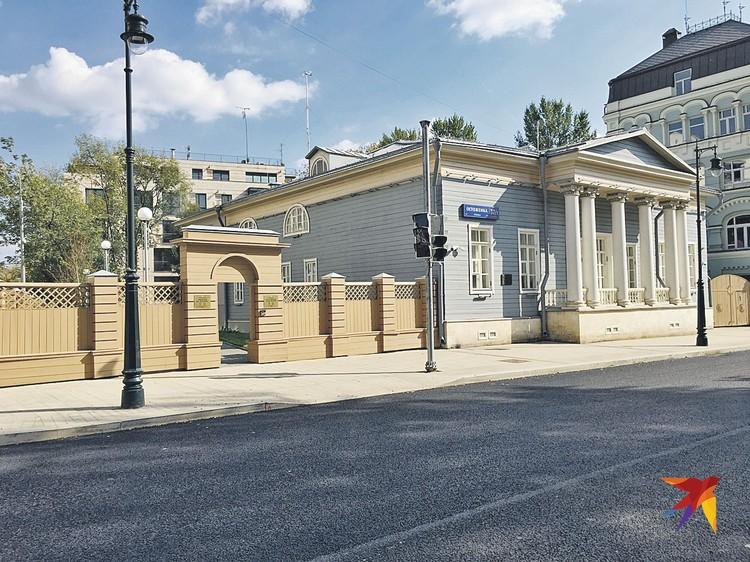 Этот домик построили на Остоженке после пожара 1812 года. Тут жила мать Ивана Тургенева. Здесь произошли события рассказа «Муму». А теперь тут Музей писателя.