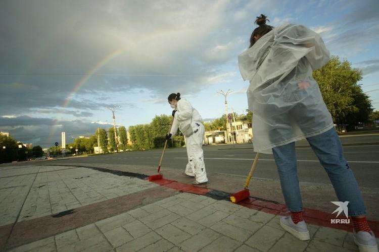 В середине июля коммунальщики положили асфальт на работу уличных художников.