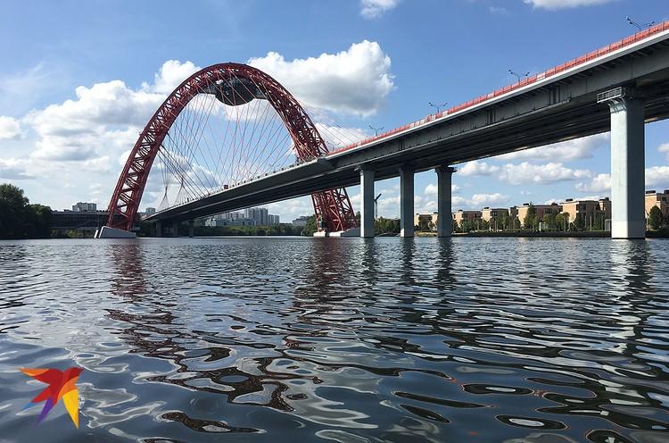 Вид на Живописный мост с вод Москвы-реки.