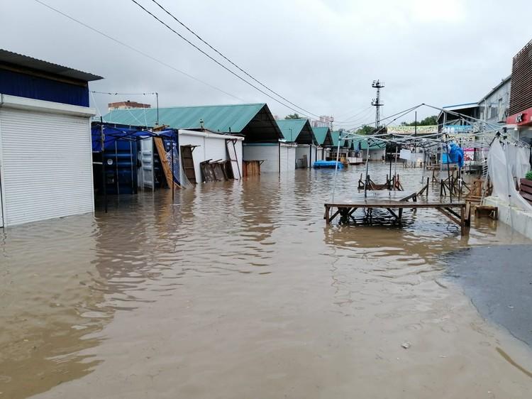 Помпы не справляются с таким количеством воды. Фото: предоставлено очевидцами