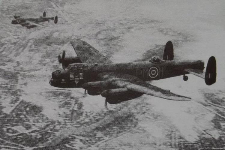 Тонны смертоносного груза на город сбросили бомбардировщики «Ланкастер» – пожалуй, лучшие на тот период машины для массового убийства с воздуха.