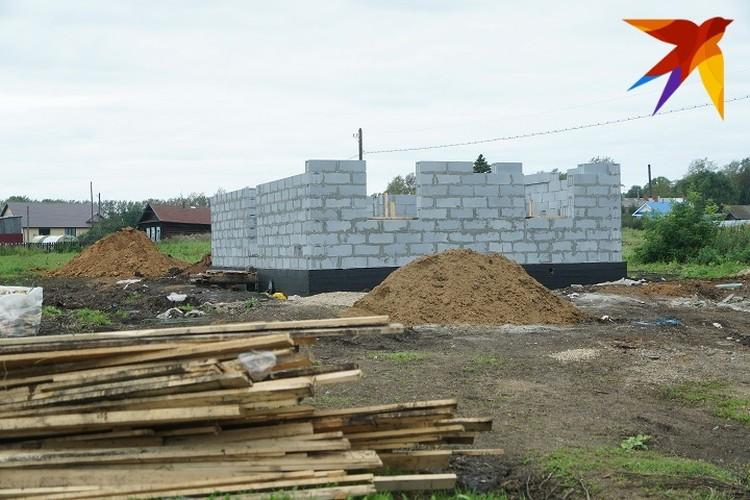 На месте сгоревшего дома уже появился фундамент и стены.