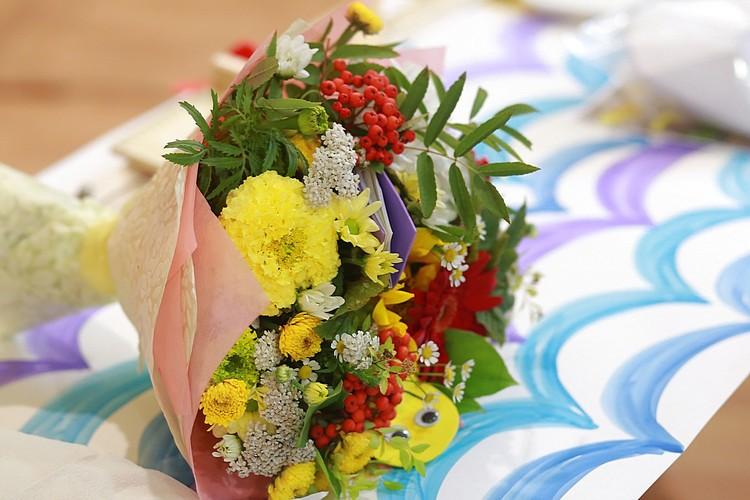 По мнению многих учителей, лучшие цветы - которые дольше стоят, как правило, они не дорогие
