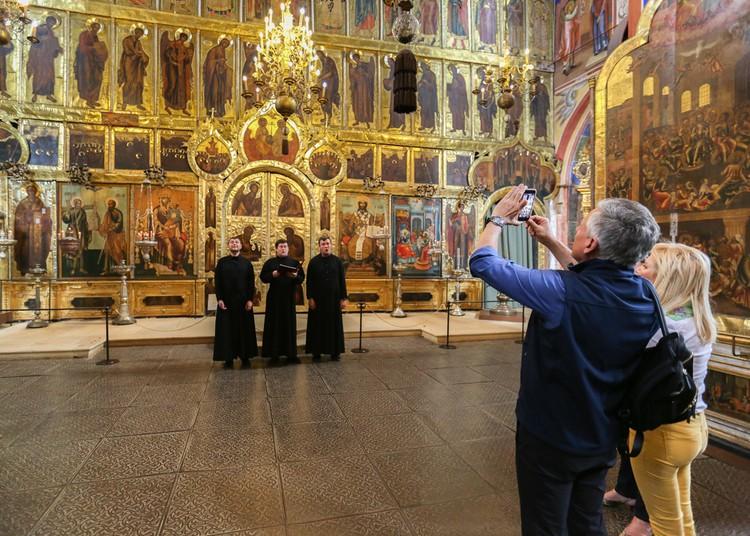 В Спасо-Евфимиевом монастыре перед гостями выступили певчие. А после рассказали, как пели в Карнеги-холле в Нью-Йорке. Фото: Посольство США в Москве